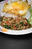 Ανακατώνω-τηγανισμένοι χοιρινό κρέας και βασιλικός Στοκ φωτογραφίες με δικαίωμα ελεύθερης χρήσης