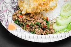 Ανακατώνω-τηγανισμένοι χοιρινό κρέας και βασιλικός Στοκ Εικόνα