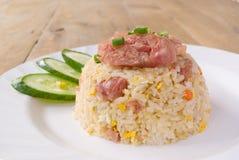 Ανακατώνω-τηγανισμένο ρύζι με το τεμαχισμένο και αλατισμένο χοιρινό κρέας Στοκ Εικόνα