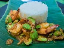 Ανακατώνω-τηγανισμένο στριμμένο πικρό φασόλι συστάδων με τις γαρίδες και το ρύζι Στοκ Φωτογραφία