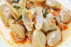 Ανακατώστε τα τηγανισμένα μαλάκια με την ψημένη κόλλα τσίλι στο πιάτο Στοκ φωτογραφίες με δικαίωμα ελεύθερης χρήσης