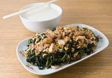 Ανακατώστε τα τηγανισμένα φύλλα γιούτας με το μαλακό βρασμένο ρύζι Στοκ Εικόνες