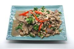 Ανακατώστε τα φύλλα βασιλικού τηγανητών με το χοιρινό κρέας και το συκώτι Στοκ Φωτογραφίες