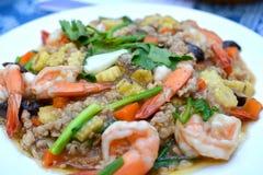 Ανακατώστε τηγανισμένο tofu με το κομματιασμένες χοιρινό κρέας και τις γαρίδες Στοκ Εικόνες