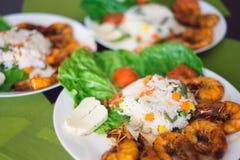 Ανακατώστε την άνοδο τηγανητών με τα λαχανικά και τα ψημένα στη σχάρα θαλασσινά γαρίδων στοκ φωτογραφίες