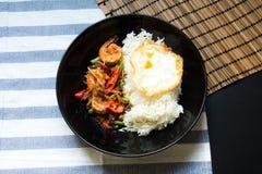 Ανακατώστε την τηγανισμένη γαρίδα με την κόκκινη κόλλα κάρρυ Στοκ φωτογραφίες με δικαίωμα ελεύθερης χρήσης
