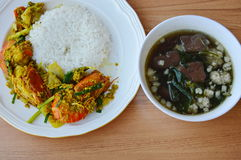 Ανακατώστε την τηγανισμένη γαρίδα με τη σκόνη κάρρυ και τη σούπα αίματος χοιρινού κρέατος Στοκ Εικόνα