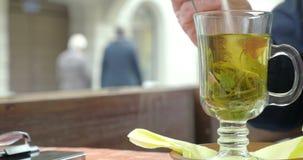 Ανακατώστε τη ζάχαρη στο πράσινο τσάι απόθεμα βίντεο