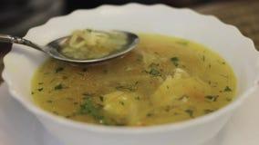 Ανακατώστε τη σούπα με ένα κουτάλι, τη σούπα με το λεμόνι και τις ελιές απόθεμα βίντεο