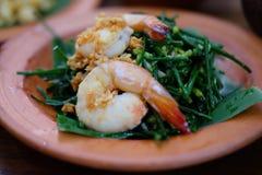 Ανακατώστε τις τηγανισμένες γαρίδες με τα κινεζικά φρέσκα κρεμμύδια Στοκ Φωτογραφία