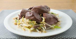 Ανακατώστε τον τηγανισμένο νεαρό βλαστό φασολιών με την πουτίγκα αίματος χοιρινού κρέατος Στοκ εικόνα με δικαίωμα ελεύθερης χρήσης