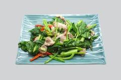 Ανακατώστε το κινεζικό κατσαρό λάχανο τηγανητών, το λάχανο με το χοιρινό κρέας και το κόκκινο τσίλι Στοκ Εικόνες