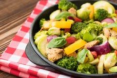 Ανακατώστε το κοτόπουλο τηγανητών, τα γλυκά πιπέρια και τον πράσινο βασιλικό στοκ φωτογραφίες