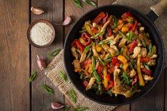 Ανακατώστε το κοτόπουλο τηγανητών, τα πιπέρια και τα πράσινα φασόλια Τοπ όψη στοκ φωτογραφία