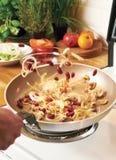 Ανακατώστε το τηγάνισμα σε ένα τηγάνι Στοκ Εικόνα