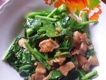 Ανακατώστε το τηγανισμένα κατσαρό λάχανο και το χοιρινό κρέας με τη σάλτσα στρειδιών Στοκ Εικόνες