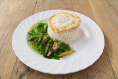 Ανακατώστε το τηγανισμένο κατσαρό λάχανο με το τριζάτο χοιρινό κρέας Στοκ εικόνα με δικαίωμα ελεύθερης χρήσης