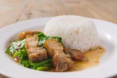 Ανακατώστε το τηγανισμένο κατσαρό λάχανο με το τριζάτο χοιρινό κρέας - κινεζικά τρόφιμα Στοκ φωτογραφίες με δικαίωμα ελεύθερης χρήσης