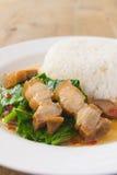 Ανακατώστε το τηγανισμένο κατσαρό λάχανο με το τριζάτο χοιρινό κρέας - κινεζικά τρόφιμα Στοκ Φωτογραφίες