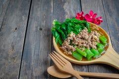 Ανακατώστε το τηγανισμένο κατσαρό λάχανο Χονγκ Κονγκ με τις μπριζόλες χοιρινού κρέατος στοκ εικόνες