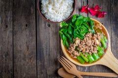 Ανακατώστε το τηγανισμένο κατσαρό λάχανο Χονγκ Κονγκ με τις μπριζόλες χοιρινού κρέατος στοκ φωτογραφία