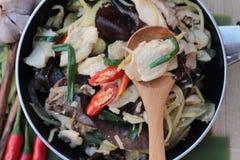 Ανακατώστε το τηγανισμένο κοτόπουλο, την πιπερόριζα και τη φρέσκια πιπερόριζα που τεμαχίζονται Στοκ εικόνες με δικαίωμα ελεύθερης χρήσης
