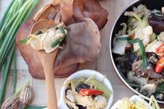 Ανακατώστε το τηγανισμένο κοτόπουλο, την πιπερόριζα και τη φρέσκια πιπερόριζα που τεμαχίζονται Στοκ Εικόνες
