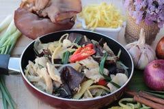 Ανακατώστε το τηγανισμένο κοτόπουλο, την πιπερόριζα και τη φρέσκια πιπερόριζα που τεμαχίζονται Στοκ Φωτογραφία