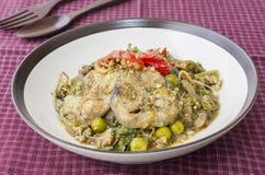 Ανακατώστε το τηγανισμένο κόντρα φιλέτο με τα καρυκεύματα - ταϊλανδικά τρόφιμα Στοκ Εικόνες