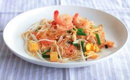 Ανακατώστε το τηγανισμένο νουντλς γυαλιού με το φρέσκο συνοφρύωμα και Tofu - ταϊλανδικά τρόφιμα Στοκ Φωτογραφία