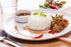 Ανακατώστε το τηγανισμένο χοιρινό κρέας με το βασιλικό Στοκ Εικόνες