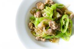 Ανακατώστε το τηγανισμένο χοιρινό κρέας με το πράσινο πιπέρι τσίλι. Στοκ φωτογραφία με δικαίωμα ελεύθερης χρήσης