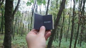 Ανακαλύψτε την ιδέα, βιβλίο με το κείμενο Δάσος στο υπόβαθρο απόθεμα βίντεο