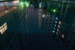 Ανακλαστικά κτήρια από την πισίνα στη σκηνή νύχτας Στοκ Φωτογραφίες