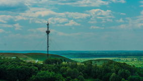 Ανακοινώσεις πύργων τηλεπικοινωνιών σχετικά με ένα υπόβαθρο των σύννεφων ουρανού απόθεμα βίντεο