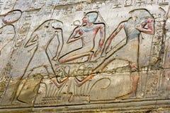 Ανακουφίσεις και hieroglyphs που χαράζονται σε έναν τοίχο στο ναό & x28 Karnak Ναός Amun& x29  σε Luxor, Αίγυπτος Στοκ εικόνες με δικαίωμα ελεύθερης χρήσης