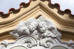 Ανακούφιση στην πρόσοψη του παλαιού κτηρίου, δύο cupids, Πράγα, τσεχικό Repu Στοκ Φωτογραφίες