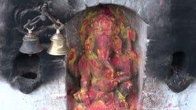 Ανακούφιση Ganesha Θεών Hinduism στον τοίχο σε Katmandu, Νεπάλ απόθεμα βίντεο