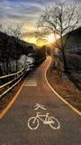 ανακυκλώνοντας διαδρομή και τρέξιμο στους δολομίτες της αλπικής περιοχής Di Brenta †‹â€ ‹Malé Trentino στοκ εικόνα