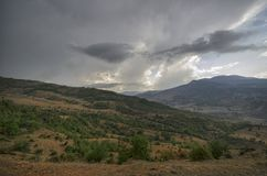 Ανακυκλώνοντας δρόμος βουνών Δρόμος βουνών της Misty στα υψηλά βουνά Νεφελώδης ουρανός με το δρόμο βουνών του Αζερμπαϊτζάν Στοκ εικόνες με δικαίωμα ελεύθερης χρήσης
