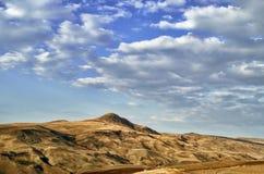 Ανακυκλώνοντας δρόμος βουνών Δρόμος βουνών της Misty στα υψηλά βουνά Νεφελώδης ουρανός με το δρόμο βουνών του Αζερμπαϊτζάν Στοκ φωτογραφίες με δικαίωμα ελεύθερης χρήσης