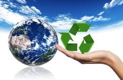 Ανακυκλώνοντας σύμβολο και γη Στοκ εικόνα με δικαίωμα ελεύθερης χρήσης
