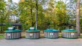 Ανακυκλώστε τα δοχεία στα χωριστά απόβλητα για την επαναχρησιμοποίηση στοκ φωτογραφία