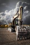 Ανακυκλώνοντας γερανός, βιομηχανική περιοχή πέρα από το νεφελώδες διάστημα Στοκ Εικόνα