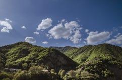 Ανακυκλώνοντας δρόμος βουνών Δρόμος βουνών της Misty στα υψηλά βουνά Νεφελώδης ουρανός με το δρόμο βουνών Μεγάλος Καύκασος Αζερμπ Στοκ φωτογραφία με δικαίωμα ελεύθερης χρήσης