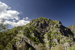Ανακυκλώνοντας δρόμος βουνών Δρόμος βουνών της Misty στα υψηλά βουνά Νεφελώδης ουρανός με το δρόμο βουνών Μεγάλος Καύκασος Αζερμπ Στοκ Εικόνα