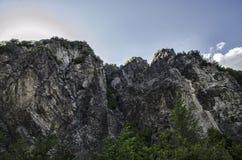 Ανακυκλώνοντας δρόμος βουνών Δρόμος βουνών της Misty στα υψηλά βουνά Νεφελώδης ουρανός με το δρόμο βουνών Μεγάλος Καύκασος Αζερμπ Στοκ εικόνα με δικαίωμα ελεύθερης χρήσης