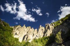 Ανακυκλώνοντας δρόμος βουνών Δρόμος βουνών της Misty στα υψηλά βουνά Νεφελώδης ουρανός με το δρόμο βουνών Μεγάλος Καύκασος Αζερμπ Στοκ Φωτογραφίες