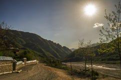 Ανακυκλώνοντας δρόμος βουνών Δρόμος βουνών της Misty στα υψηλά βουνά Νεφελώδης ουρανός με το δρόμο βουνών Μεγάλος Καύκασος Αζερμπ Στοκ Εικόνες