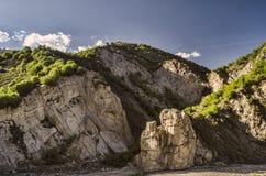 Ανακυκλώνοντας δρόμος βουνών Δρόμος βουνών της Misty στα υψηλά βουνά Νεφελώδης ουρανός με το δρόμο βουνών Μεγάλος Καύκασος Αζερμπ Στοκ Φωτογραφία